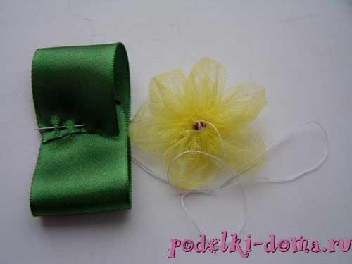 1475322649_rezinki-cvety-iz-lent8 Кружевная повязка с цветами из ткани на голову, запястье или ногу своими руками. Повязка на голову из фатина для девочки своими руками