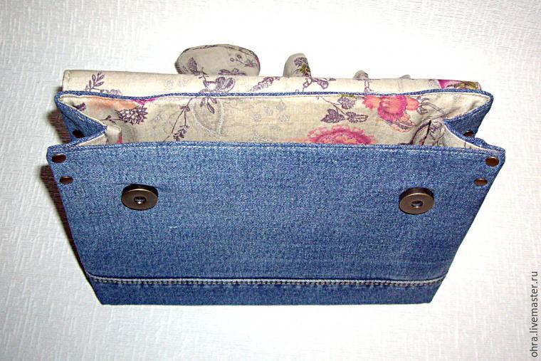 На задней стороне сумки, в уголках пришитого клапана я креплю хольнитенами  кожаные петли с полукольцами. В полукольца продеваю ремешок. 6ea108ba62c
